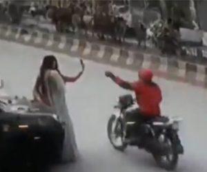 【動画】女性がセルフィーで自撮り撮影しているとバイクに乗った男がスマホを掴み走り去ってしまう衝撃映像