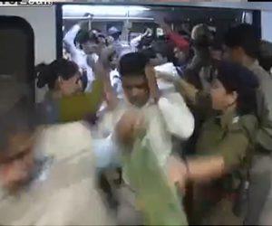 【動画】女性専用車両に乗った男達が警察官に叩かれまくる衝撃映像