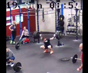 【動画】男性がジムで重いバーベルを持ち上げるが失敗し…