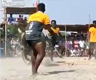 【閲覧注意動画】闘牛で暴れ牛に近づき過ぎた男性に悲劇が…