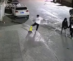 【動画】10代の少年が道にあるカラーコーンを蹴り飛ばすがそのカラーコーンはセメントが詰まっていた…