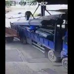 【動画】鉄パイプを吊り上げるロープが切れ作業員が押し潰されてしまう衝撃映像