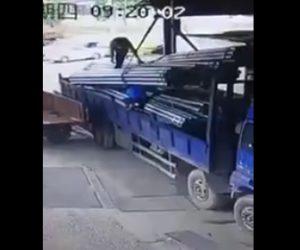 【動画】鉄パイプを吊るしているロープが切れ作業員に押し潰されてしまう衝撃映像