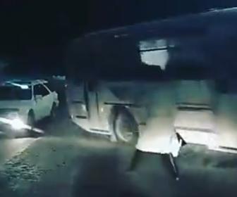 【動画】道を渡ろうとする女性に車が止めって道を譲るが後続のバスが止まれず…