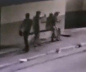 【動画】バーの外でカップルと警察官2人が口論になり警察官が銃で女性を撃ってしまう衝撃映像