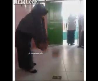 【動画】先生が生徒のスマートフォンを破壊する衝撃映像