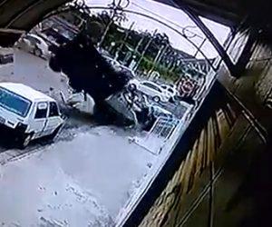 【動画】道を歩く男性に猛スピードのトラックが突っ込んで来る衝撃事故映像