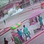 【動画】街中でタンクローリーからガスが漏れ、必死に逃げるが…
