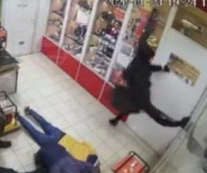 【動画】店に銃を持った武装強盗が現れガラスを蹴破ろうとするが足が…