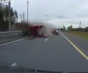 【動画】高速道路で対向車線のトラックが横転しながら突っ込んでくる衝撃事故映像