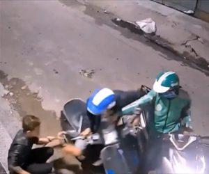 【動画】バイクにまたがりスマホを操作している男性にバイクに乗った強盗2人が現れ男性は抵抗するが…