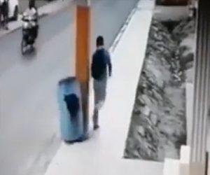 【動画】学校に登校中の子供がゴミ箱を蹴り倒し2人乗りバイクが転倒してしまう