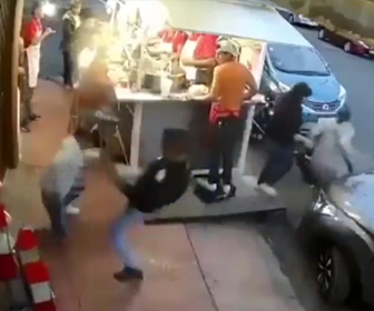 【動画】店に強盗が現れ男性に殴り倒されるがナイフを持って襲いかかってくる衝撃映像