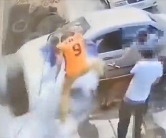 【動画】作業員が座っているタイヤが爆発し作業員が飛ばされる衝撃映像