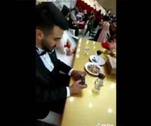 【動画】結婚式でスマホのサバイバルゲーム(PUBG)に夢中になっている新郎