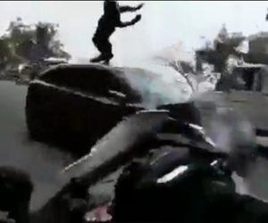 【動画】カーブでバイクが反対車線にはみ出した車と正面衝突しライダーが宙を舞う衝撃映像