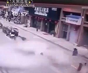 【動画】少女が地下のタンクに花火を入れた瞬間、道路が大爆発し吹き飛んでしまう衝撃映像