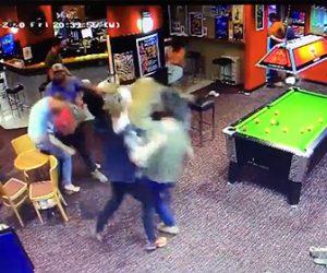 【動画】パブで男達が大乱闘。男性が強烈なパンチで殴り倒され大乱闘が始まる衝撃映像