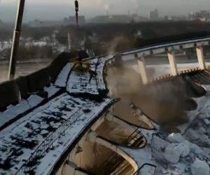 【閲覧注意動画】スタジアム解体中、屋上で作業員が切断作業中に突然スタジアムが崩壊し…