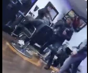 【動画】散髪中の男性が男と口論になり強烈なパンチで殴り倒される衝撃映像