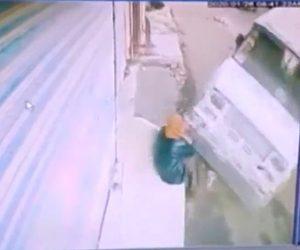 【動画】道に座る男性に猛スピードのバンが突っ込んでくる衝撃事故映像