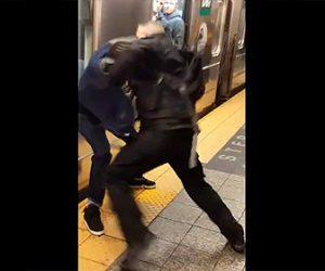 【動画】地下鉄電車内で口論になった男2人がホームに降りて激しい殴り合いになる衝撃映像
