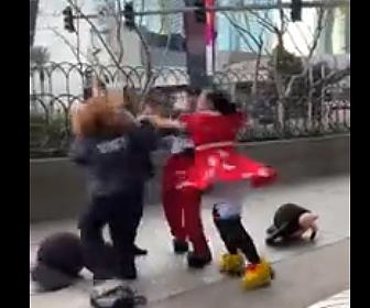 【動画】着ぐるみを脱ぎ警備員に殴りかかる女性がヤバい