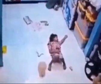 【動画】寝ている少女にヘビが近づき…