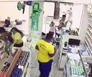 【動画】強盗がベビーカーを押す男性に襲いかかるが男性は警察官で…