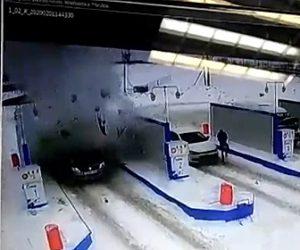 【動画】ガソリンスタンドで給油中の車が突然ガス爆発を起こしてしまう衝撃映像