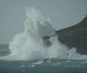 【動画】崖の縁に立ち大波を撮影する男性がヤバすぎる衝撃映像
