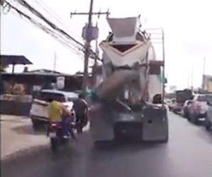 【閲覧注意動画】2人乗りスクーターが歩行者に接触し横を走るミキサー車に…