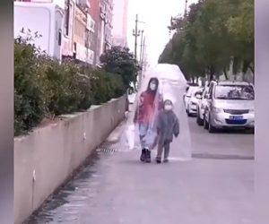 【動画】母親と娘が新型コロナウィルス対策で巨大なビニール袋をかぶり道を歩く衝撃映像