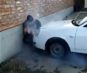【動画】ムキムキの男性VS車