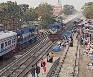 【動画】線路を歩いて渡る男性が後ろから来る電車に気づかず、はね飛ばされてしまう衝撃映像