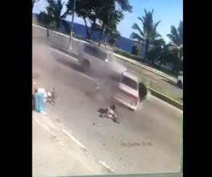【動画】スクーターに乗る男性がパトカーから逃げる車に突っ込まれ、はね飛ばされる衝撃映像