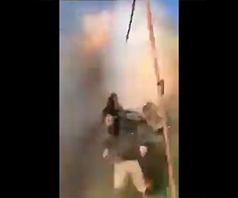 【閲覧注意動画】イラクの内戦。対戦車ミサイルで吹き飛ばされる衝撃映像