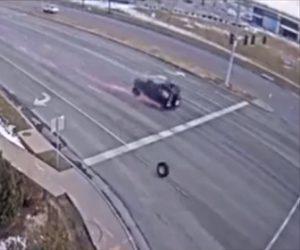 【動画】猛スピードの車からタイヤが2本外れ…