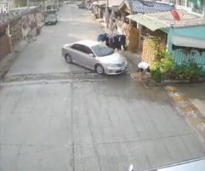 【動画】掃き掃除をしている男性に隣人が故意に後ろから車で突っ込む衝撃映像