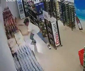 【動画】地震で店内の商品棚が揺れ出し、陳列されているビールを男性が必死に守ろうとするが…