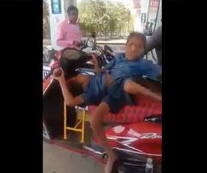 【動画】結合双生児の2人が3輪バイクを運転しガソリンスタンドに現れる衝撃映像