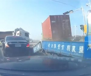【動画】信号待ちしている車に後ろから暴走トラックが突っ込み橋から転落する衝撃事故映像