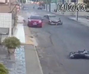 【動画】交差点で猛スピードの車に横から猛スピードのバイクが突っ込んでしまう衝撃事故映像