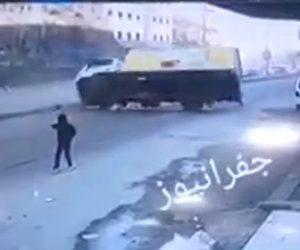 【動画】道を渡ろうとする子供が突然走り出し猛スピードのトラックが…