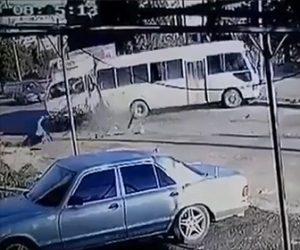 【動画】トラックが後ろからマイクロバスに突っ込み、シートベルトをしていなかった女性が…