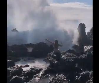 【動画】海岸で岩に座って写真撮影する女性に大波が襲いかかる衝撃映像