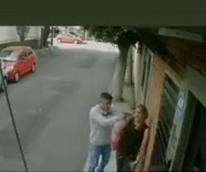【動画】路地で銃を持った強盗に女性が襲われるが女性が反撃し…