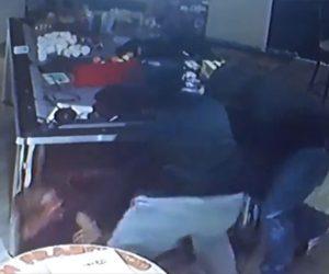 【動画】店主に解雇された男がナイフを持って復讐しようと襲いかかるが…