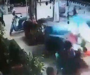 【動画】外で昼食を食べている所に猛スピードの車が突っ込んでくる衝撃映像