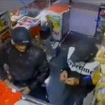 【閲覧注意動画】2人組の強盗が店でレジで支払いをする瞬間、銃で店主を襲うが店主も銃を構え…